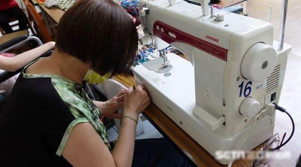 除了學車接送女兒,又靠手工拼布幫補家計。
