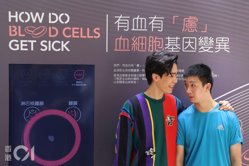 前香港殘奧代表蘇樺偉(右)及演員梁仲恆(左)今日出席展覽開幕禮。