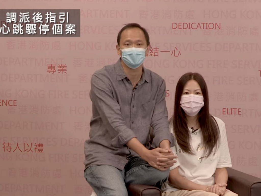 馮生(左)感謝消防處的幫助,讓他現在可過正常人的生活。(影片截圖:消防處facebook)