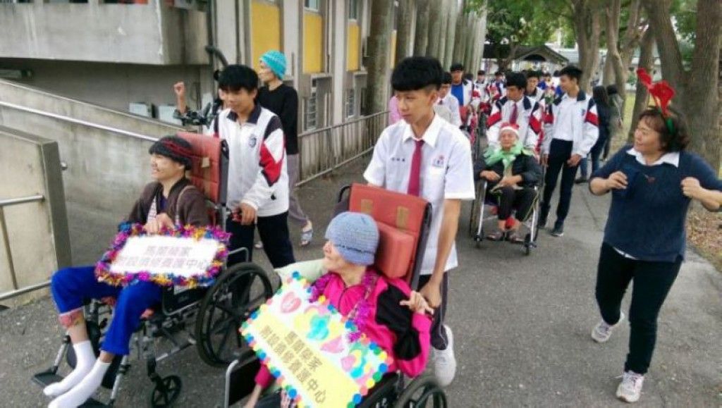 熟练推轮椅技巧 公东师生助慎修身心障碍住民游行踩街
