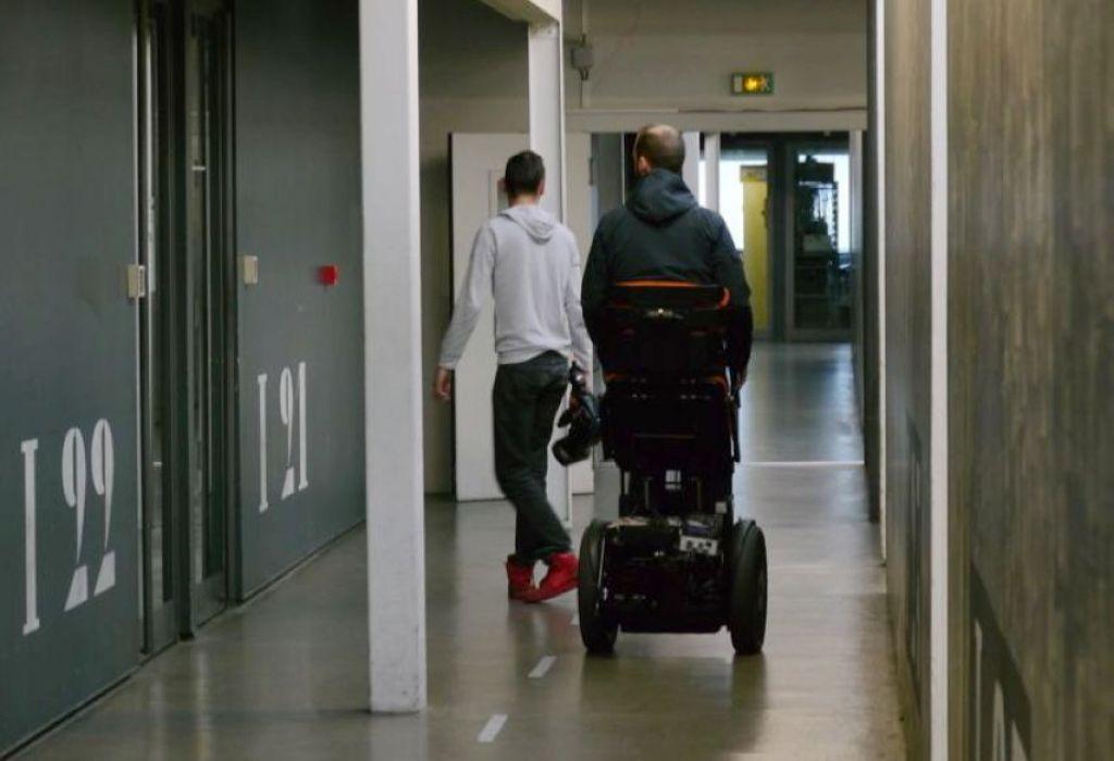 直立式轮椅Gyrolift 让行动不便者能站著与人互动
