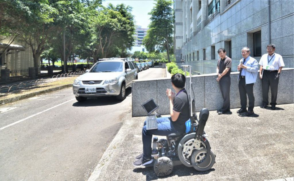 迎接5G时代 交大展示自驾智慧轮椅