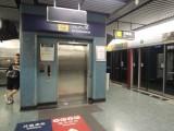 站內設有電梯連接月台及大堂,位於月台/大堂一端(近往油麻地方向車頭處)