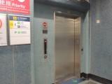 往油麻地方向月台與往油調景嶺方向月台並不連接,輪椅/行動不便人士需使用不同電梯