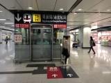 大堂中間往月台的升降機