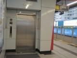 电梯连接大堂及车站月台