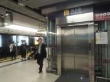观塘线电梯位于往油麻地方向列车车尾位置
