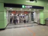 E出口連接樓梯,完全不適合輪椅/行動不便人士使用出入