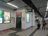 车站设有电梯连接月台及大堂