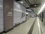 康城站內設有1部電梯連接月台及大堂,位於車中間位置