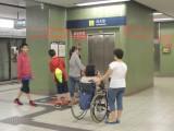 站内设有电梯连接月台及大堂,位于月台/大堂一端