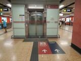 車站內設有升降機連接大堂及各月台