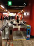 升降機旁設闊閘出入口
