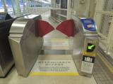 车站大堂设有阔闸机,轮椅、伤残 / 行动不便人士可由此出入