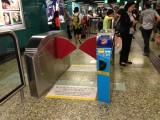 闊閘設於車站中央 (近客務中心)