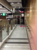 月台往E出口大堂的電梯,設有斜道