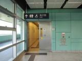 車站設有傷殘人士洗手間,但需手動打開通道的門