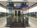站內設有升降機連接月台及大堂