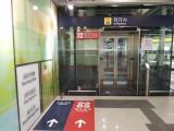 站内设有升降机连接月台及大堂